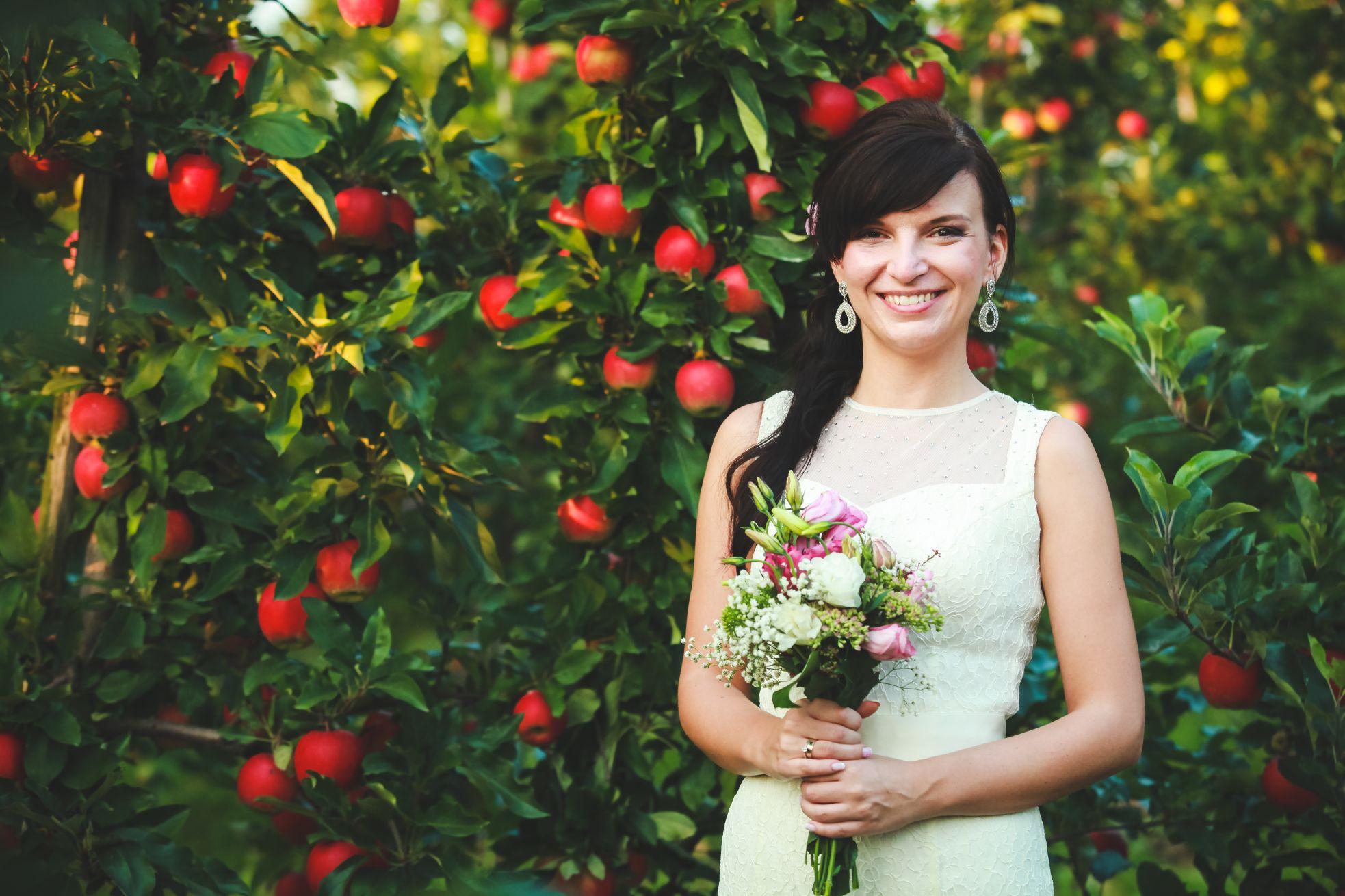 16 Fotograf ślubny Katowice plener poslubny w sadzie