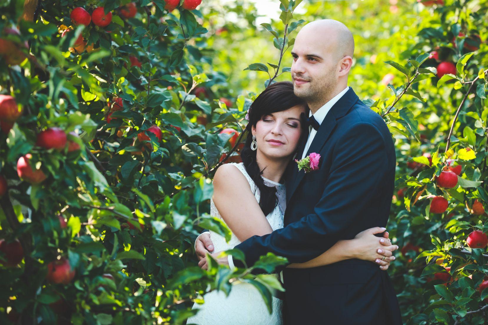 4 Fotograf ślubny Katowice plener poslubny w sadzie