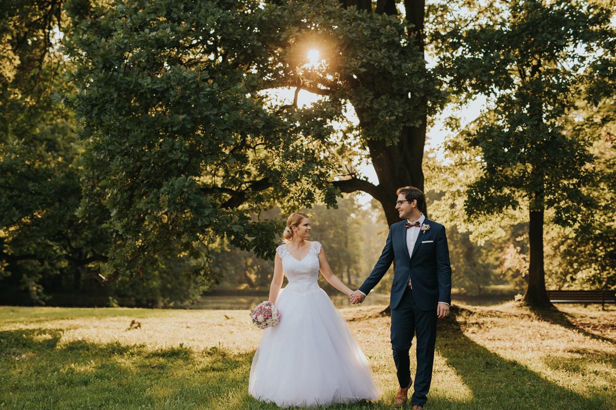 Sesja ślubna plenerowa w parku w Pszczynie